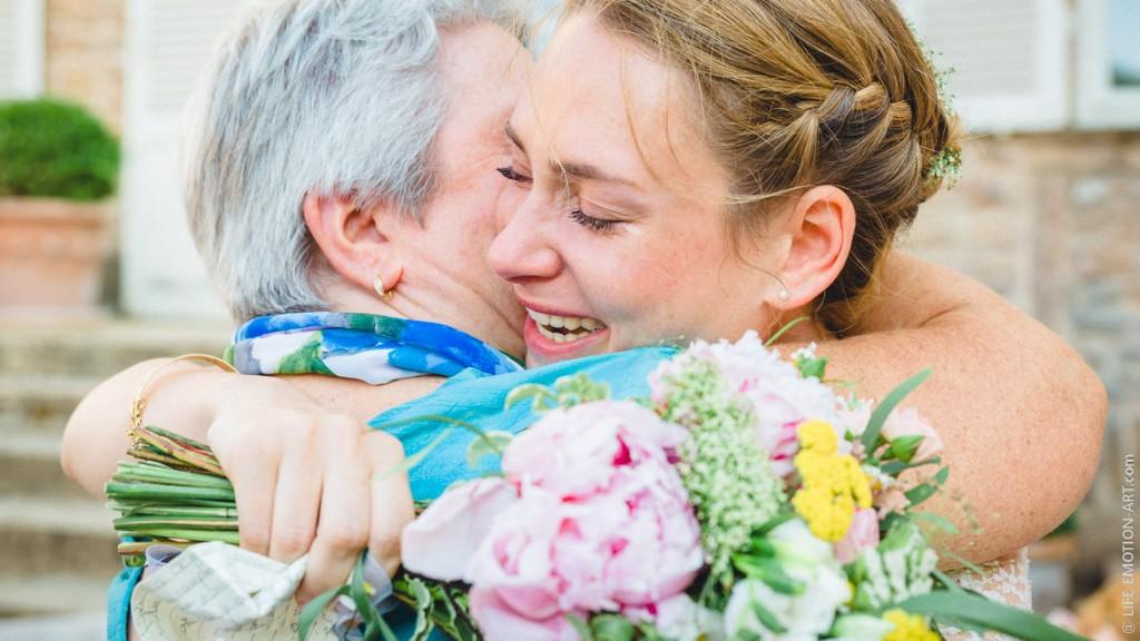 Fin de cérémonie laique, la mariée est en larmes dans les bras de sa mère