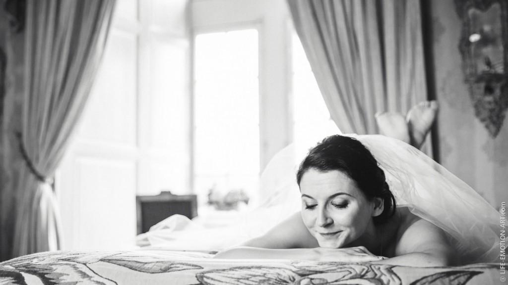 Portrait boudoir de la mariée en noir et blanc