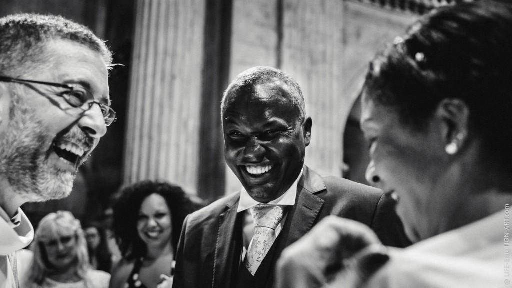 Fou-rire des mariés pendant une cérémonie religieuse intimiste