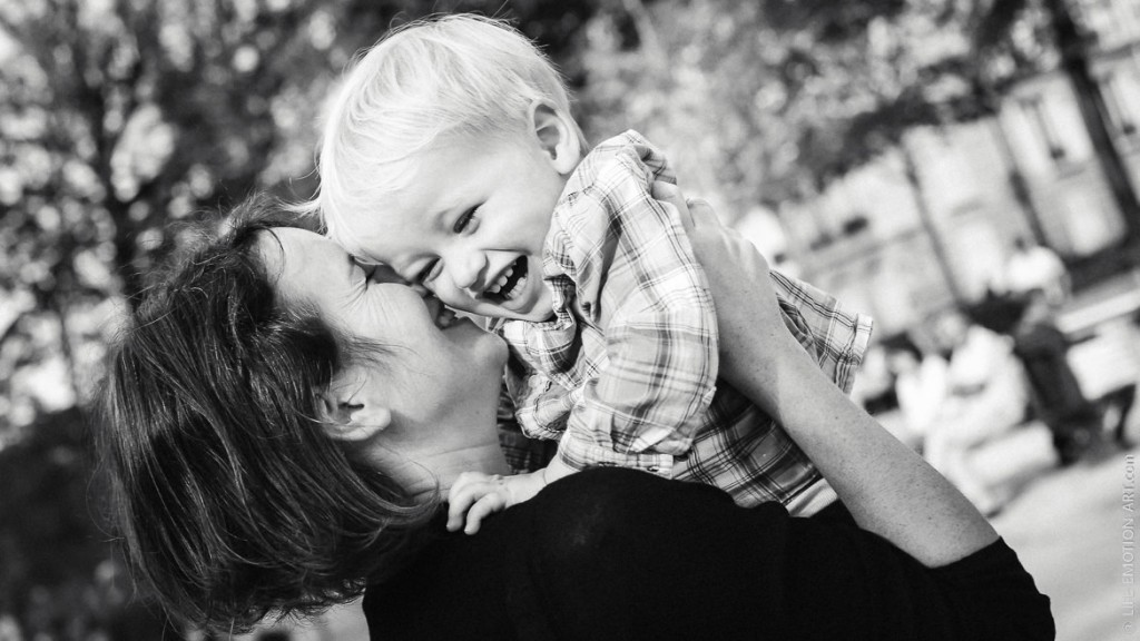 Rires et complicité mère-fils lors d'une séance famille heureuse